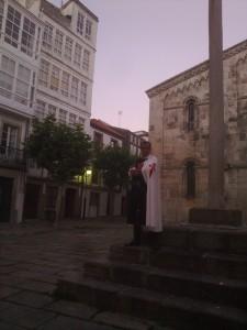 "El conde Andeiro, ""alcaide do povo da Crunha"", gran valedor de Lancaster, en una visita guiada nocturna en A Coruña Vella."