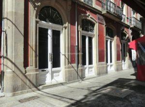 Aquí estivo até finais do XIX o Teatro de Variedades. Rúa coruñesa da Franxa.
